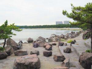 海の公園の浜辺の遠景